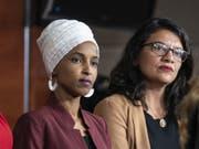 Die beiden demokratischen Abgeordneten Ilhan Omar (l.) and Rashida Tlaib sind die ersten Musliminnen im US-Parlament. (Bild: Keystone/EPA/JIM LO SCALZO)