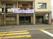 Werbung an der Zürcher Strasse für die Neueröffnung des Nûrda Shop im Lokal, in dem bis im Frühling der Migros Lachen - und früher das Restaurant Bajazzo - untergebracht war. (Bild: Reto Voneschen - 13. August 2019)