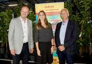 Karin Weigelt mit Beat Hirs (links), Gemeindepräsident Rorschacherberg, und Tarzisius Caviezel, Landammann Davos. (Bild: Heidy Beyeler)