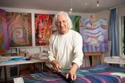Sieht sich als Maler, nicht als Künstler: Arthur Wyss in seinem Atelier bei der Arbeit. Im Hintergrund einige seiner neuesten Bilder mit Landschaften in den vier Jahreszeiten. (Bilder: Ralph Ribi)