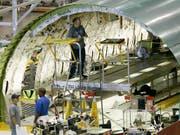 Boeing-Mitarbeiter bei der Flugzeugmontage im Werk in Seattle im US-Staat Washington. (Bild: KEYSTONE/AP/Ted S. Warren)