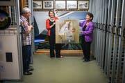 Thomas Meier-Löpfe, Christiane Hoefert und Yvonne Istas mit einem Werk von Susann Basler im Kulturgüterschutzraum. (Bild: Reto Martin)