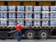 Beim zum Carlsberg-Konzern gehörenden Feldschlösschen-Brauerei werden zunehmend Spezialitätenbiere und weniger Lager-Bier verkauft. (Bild: KEYSTONE/GAETAN BALLY)