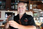«Stammgäste sagen, ich hätte das ganze Jahr Ferien»: Roland Kopp mixt ein Getränk im Shaker. (Bild: Hansruedi Rohrer)