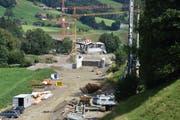 Die Baustelle der zweiten Etappe der Umfahrung Wattwil. Diese wird dereinst direkt an der Scheftenau vorbei führen und an die Umfahrung Ebnat-Kappel (im Hintergrund) angeschlossen werden. (Bild: Ruben Schönenberger)