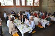 Die geladenen Gäste genossen das Essen beim Aufrichtfest in einem der neuen Galstramm-Schulräume, die noch im Rohbau sind.