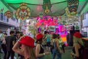 Die Strada eletronica in der Goliathgasse wartet mit Dutzenden DJs und einem Prosescco-Brunnen auf. (Bild: Urs Bucher)