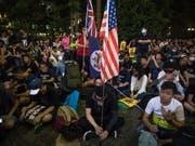 Tausende Menschen sind am Freitag auf die Strasse gegangen, um für Freiheit zu demonstrieren. (Bild: KEYSTONE/EPA/ROMAN PILIPEY)
