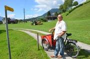 Wo Bruno Müller steht, beginnt der Wanderweg querfeldein über die Wiese Richtung Alpnach Dorf. (Bild: Franziska Herger, Alpnach, 16. August 2019))
