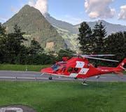 Die Rega landet nach einem ersten Suchflug beim Zivilschutzzentrum Chaltbach. Links im Hintergrund der Urmiberg, rechts nebenan die Hochflue. (Bild: Geri Holdener/ Bote der Urschweiz)