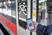 Wer sich die Schlange vor dem Ticket-Automaten auf der Heimreise sparen will, löst das Ticket mit der App. (Bild: Manuela Matt)