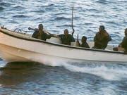 Afrikanische Piraten bewaffnet mit Raketenwerfer und Maschinengewehren. (Bild: KEYSTONE/AP/NORMAN J FISHER)