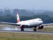 Fliegen soll teurer werden: Die Umweltkommission des Ständerates will eine Flugticketabgabe einführen. (Bild: KEYSTONE/APA/APA/ROLAND SCHLAGER)