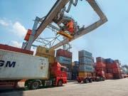 Die Verwaltungsräte von Schweizer Unternehmen werden zunehmend negativer bezüglich der konjunkturellen Aussichten. Im Bild Containerumschlag im Hafen Kleinhüningen (Bild: KEYSTONE/GAETAN BALLY)