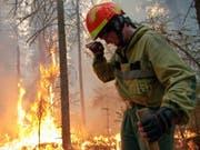 Waldbrände in Russland wüten derzeit laut Angaben von Greenpeace auf einer Fläche grösser als die Schweiz. (Bild: RUSSIAN FEDERATION SERVICE AVIATION FOREST PROTECTION / HANDOUT)