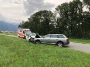 Die Fahrzeuge wurden beim Unfall beschädigt und die Autofahrer verletzt. (Bild: Kapo GR)