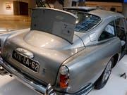 Der versteigerte Aston Martin aus der «James Bond»-Filmreihe verfügt über ein kugelsicheres Schutzschild. (Bild: KEYSTONE/AP/RICHARD DREW)