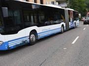 Der Linienbus der RTB Rheintal Bus wurde in Balgach SG von einem Auto gerammt, dessen Lenker am Steuer eingeschlafen war. (Bild: Kantonspolizei St. Gallen)