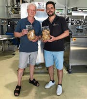 Ein knuspriger Genuss aus einem traditionellen Rohstoff: Seniorchef Ernst Lütolf und Geschäftsführer Christian Lütolf erhöhen die Produktion der Ribelmais-Chips und weiten das Verkaufsnetz aus.Bild: pd