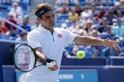 Roger Federer unterliegt am Masters-1000-Turnier in Cincinnati dem Russen Andrej Rublew. (Bild: John Minchillo/AP Photo, 15. August 2019)