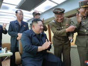 Nordkoreas Machthaber Kim Jong Un beim jüngsten Raketentest mit Militärs an einem unbekannten Ort. (Bild: KEYSTONE/EPA KCNA)