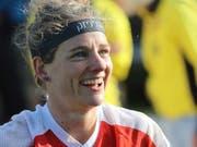 Die Startläuferin Sabine Hauswirth lächelt in die Kamera. (Bild: KEYSTONE/SWISS ORIENTEERING/REMY STEINEGGER)