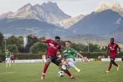 St.Gallens Verteidiger Miro Muheim (Mitte) versucht, Montheys Kevin Bakashala (links) vom Ball zu trennen. (Bild: Keystone)