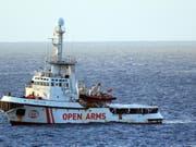 Die Lage auf dem spanischen Rettungsschiff ist laut Aussagen von Augenzeugen explosiv. (Bild: KEYSTONE/EPA ANSA/ELIO DESIDERIO)