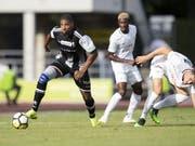 Deny Gomes von den Black Stars (links) gegen Verteidiger Nathan, den Siegestorschützen des FCZ (Bild: KEYSTONE/ENNIO LEANZA)