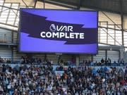Fans warteten in der Nachspielzeit auf den Entscheid des VAR (Bild: KEYSTONE/AP/RUI VIEIRA)