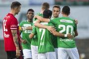 St.Gallens Spieler bejubeln den Führungstreffer durch Victor Ruiz. (Bild: Keystone)