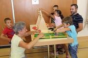 Gemeinsam spielen schafft Nähe, fördert das Kind vielfältig und dies mit Spass. (Bild: Cecilia Hess-Lombriser)