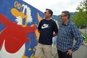 Hans-Ruedi Durrer (rechts), stellvertretender Direktor der OKB, und Künstler Stefan Möckli, der die Aktion leitete, «begutachten» den Dagobert Duck im Werk von Möckli. (Bild Robert Hess, Sarnen, 17. August 2019)