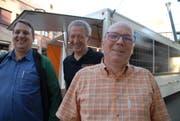 Fabian Brühwiler, Beat Curau und Paul Rutishauser stellen in Weinfelden die Solarbar der CVP Thurgau vor. (Bild: Kurt Peter)