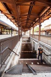 Blick vom Perron 3/4 des Bahnhofs St.Fiden in die Unterführung. Bei der Anpassung an die Vorschriften des Behindertengleichstellungsgesetzes ist es vorgesehen, eine der beiden Treppen durch eine Rampe zu ersetzen. (Bild: Urs Bucher - 14. August 2019)