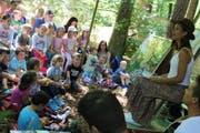 Melanie Oesch erzählt im Wald eine Geschichte. (Bild: Markus Bösch)
