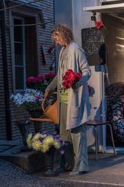 Szenografin Karin Bucher hat das ganze Dorf verwandelt: in einer Garage überrascht ein Blumenladen.