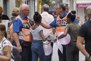 Das St.Galler Fest bedeutet für die Stadtpolizei immer einen Grosseinsatz. Die Polizisten sind dabei nicht für die Sicherheit verantwortlich, sie sind durchaus auch einmal Ansprechpersonen für ortsunkundige Festbesucherinnen. (Bild: Hanspeter Schiess - 17. August 2019)
