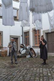 Aussenseiter Nöldi (Ingo Ospelt) und Pfarrerin Ursina (Rachel Braunschweig) im Innenhof des Fünfeckpalastes. (Bild: Tagblatt)