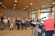 Aufmerksame Zuhörer bei der Lesung von Irene Seifert, anlässlich der Präsentation von «Gliach, aber uugliach». Vorne ganz links die Enkelin von Heinrich Gabathuler, Annamarie Meier-Joos.