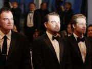 Regisseur Quentin Tarantino und die Schauspieler Leonardo DiCaprio sowie Brad Pitt (von links) stehen für «Once Upon A Time... In Hollywood». Der Film stürmte bereits am ersten Wochenende nach dem Start in der Schweiz die Kinocharts. (Bild: Keystone/AP/PETROS GIANNAKOURIS)