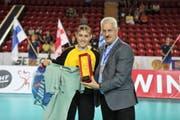 Soraya Schaller nimmt die Auszeichnung für die beste Torhüterin entgegen. Bild: PD