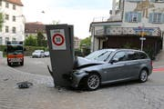 Der flüchtende Autolenker fuhr mit grosser Wucht bei der östlichen Einfahrt in die südliche Altstadt gegen die Stele mit der Tempo-30-Tafel. (Bilder: Stadtpolizei St.Gallen - 17. August 2019)