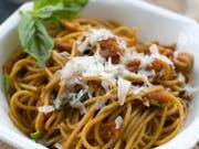 Die Pasta-Kette Vapiano muss den überraschenden Rücktritt ihres Chefs verkraften: ein Teller Spaghetti (Symbolbild). (Bild: KEYSTONE/FR170582 AP/Matthew Mead)