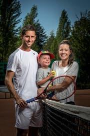 Sandro Ehrat mit Freundin Simona Messora und Sohn Liam in Schaffhausen. (Bild: Michel Canonica)