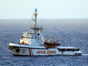 Die «Open Arms» ist seit Donnerstag in unmittelbarer Nähe der italienischen Insel Lampedusa. Die Balearen liegen mehr als 1000 Kilometer von Lampedusa entfernt. (Bild vom 15. August) (Bild: KEYSTONE/EPA ANSA/ELIO DESIDERIO)