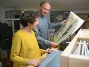Die Weberin Ruth Pedersen und der Künstler Werner Meier haben sich gegenseitig inspiriert. Bild: Karin Erni