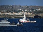 Ein Boot der italienischen Finanzpolizei bewacht das Rettungsschiff «Open Arms» vor der Insel Lampedusa. (Foto: Salvatore Cavalli/AP) (Bild: KEYSTONE/AP/SALVATORE CAVALLI)