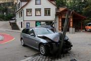 Am Unfallauto und an der 30er-Tafel entstand erheblicher Sachschaden.