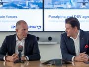 Panalpina verschwindet: Jens Bjoern Andersen, CEO von DSV (links), und Stefan Karlen, bisheriger CEO von Panalpina, an der Pressekonferenz zur Übernahme durch DSV im April 2019. (Bild: KEYSTONE/GEORGIOS KEFALAS)